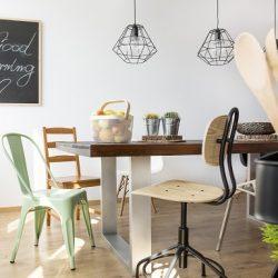 stół industrialnych w jadalni